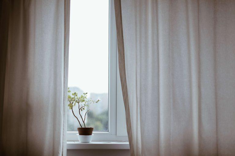 Zuhause ankommen durch ein behagliches Gefühl - mit Gardinen zieht Leben in der Bude ein...