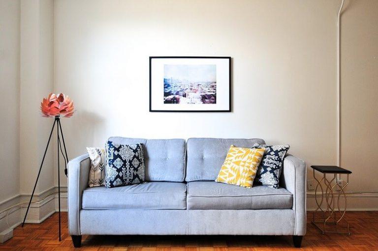 """In kleinen Wohnräumen lieber auf wenige Akzente setzen und auf """"Masse statt Klasse"""" verzichten."""