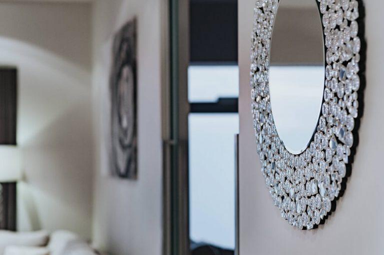 Großflächige Spiegel lassen auch kleinste Räume groß wirken.