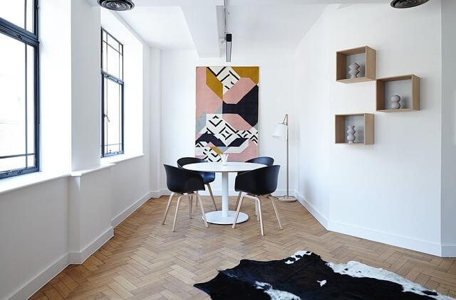Gerade in einer minimalistisch eingerichteten Wohnung machen sich Teppiche gut als Eyecatcher.