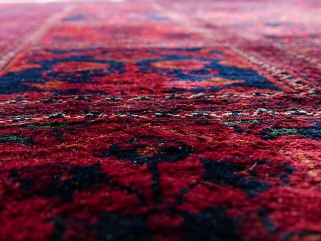 Orient Teppiche haben lange Tradition, passen aber genauso gut in moderne Wohneinrichtungen.