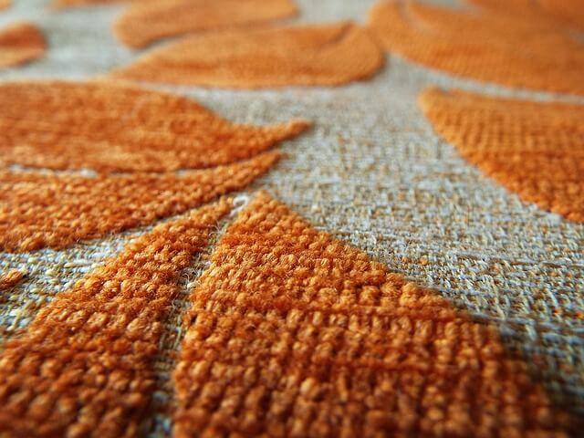 Musterteppiche passen besonders gut bei zurückhaltenden Möbelfarben.
