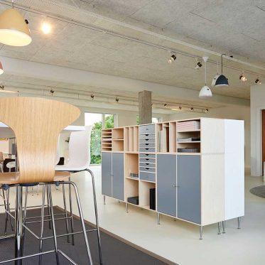Praktische Raumteiler mit Stauraum für Büros