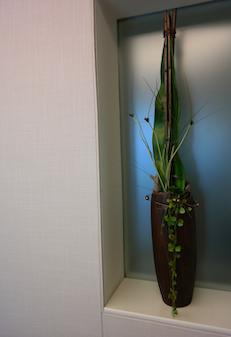 textile wandbespannung mit aussparung für florales dekor
